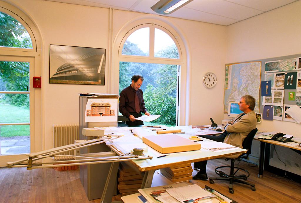 Het kantoor van dr. R. Dikkeboom (links) en J. van Dijk bij architec- tenbureau Inbo: 'Wij hebben van iedere werknemer een profiel van de werkplek.'