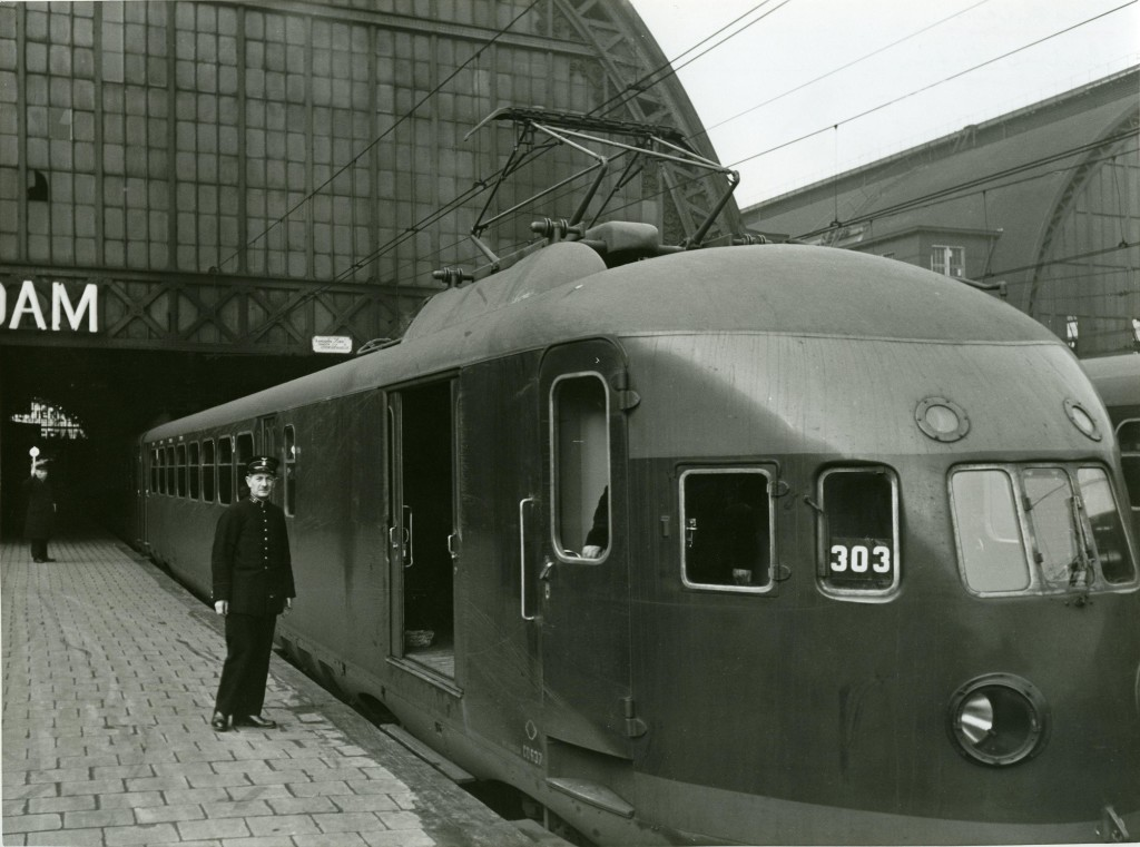 Een conducteur staat klaar om in een elektrische trein te stappen op het Centraal Station van Amsterdam op 21 september 1939.