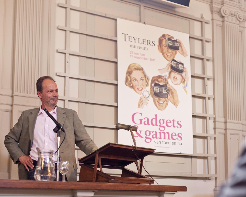 Hier sta ik in de gehoorzaal van Teylers Museum waar De Ingenieur in 2011 haar 125-jarig bestaan vierde met de expositie Gadgets & Games.